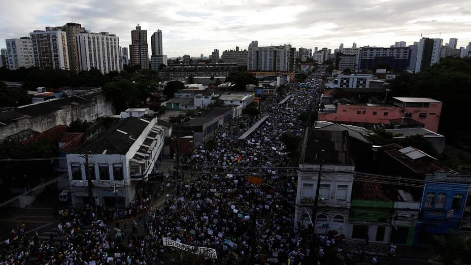Recife - Milhares de manifestantes marcharam, no centro do Recife para protestar contra os gastos com a Copa do Mundo e contra o governo