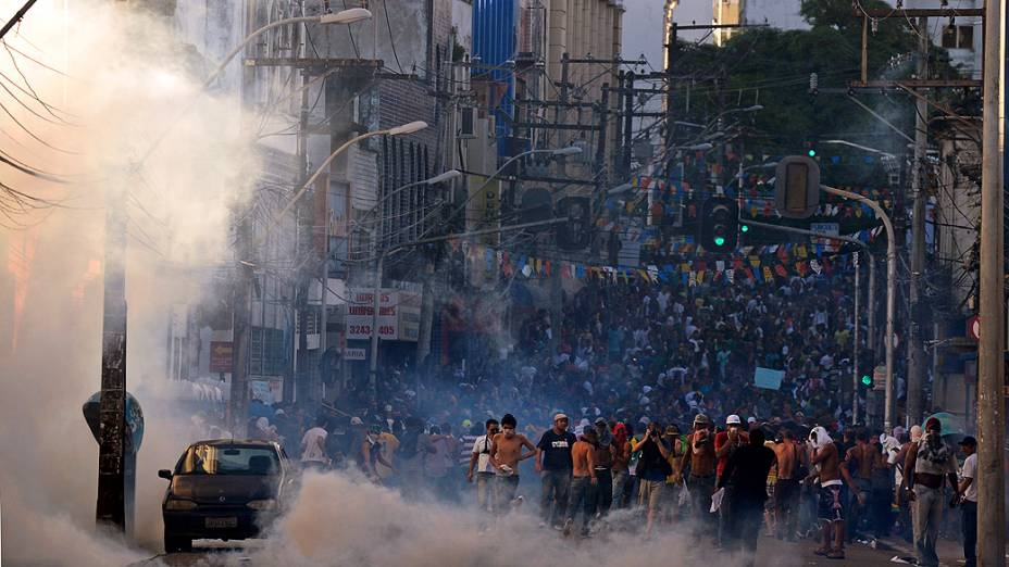 Salvador - Manifestantes bloqueiam o acesso a Arena Fonte Nova, em Salvador antes da partida entre Uruguai e Nigéria pela Copa das Confederações