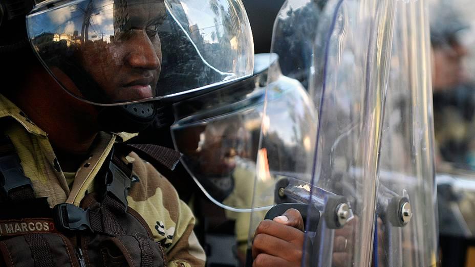 Salvador - Manifestantes entram em confronto com a polícia durante protesto, em Salvador