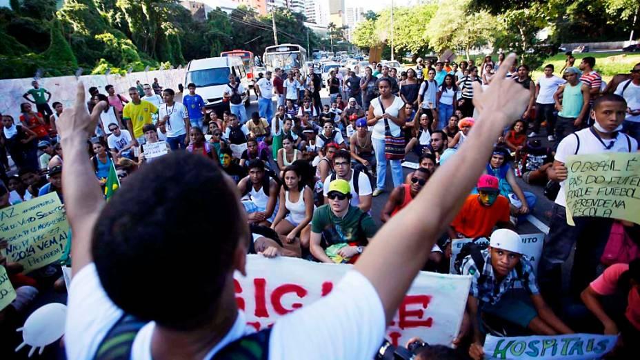 Salvador - Manifestantes fazem protesto pedindo melhorias no transporte público, neste sábado (22)