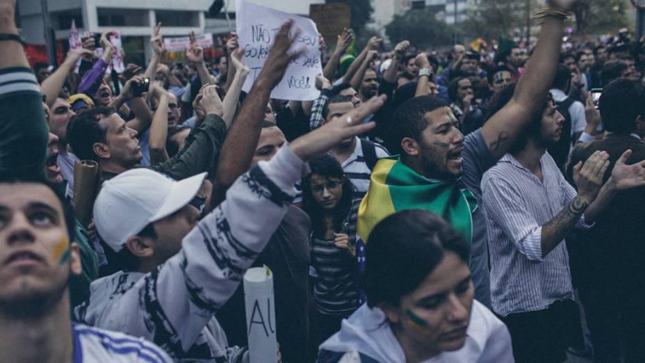 São Paulo - Manifestantes marcham na Avenida Paulista, no centro de São Paulo