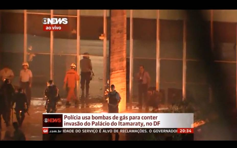 Brasília - Manifestantes tentam entrar no Palácio do Itamaraty