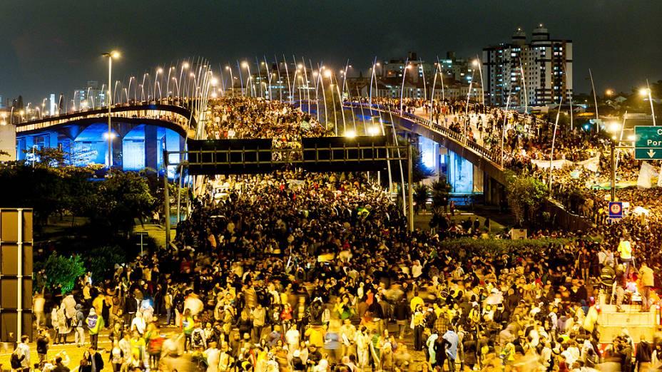 Florianópolis - Cerca de 40 mil pessoas tomam as pontes de acesso a Florianópolis por 3 horas durante as manifestações, nesta quinta feira (20)