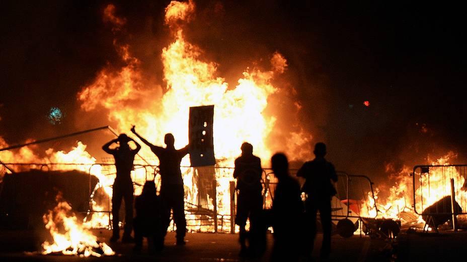 Rio de Janeiro - Um grupo de manifestantes provocou um incêndio durantes os protestos, na capital carioca
