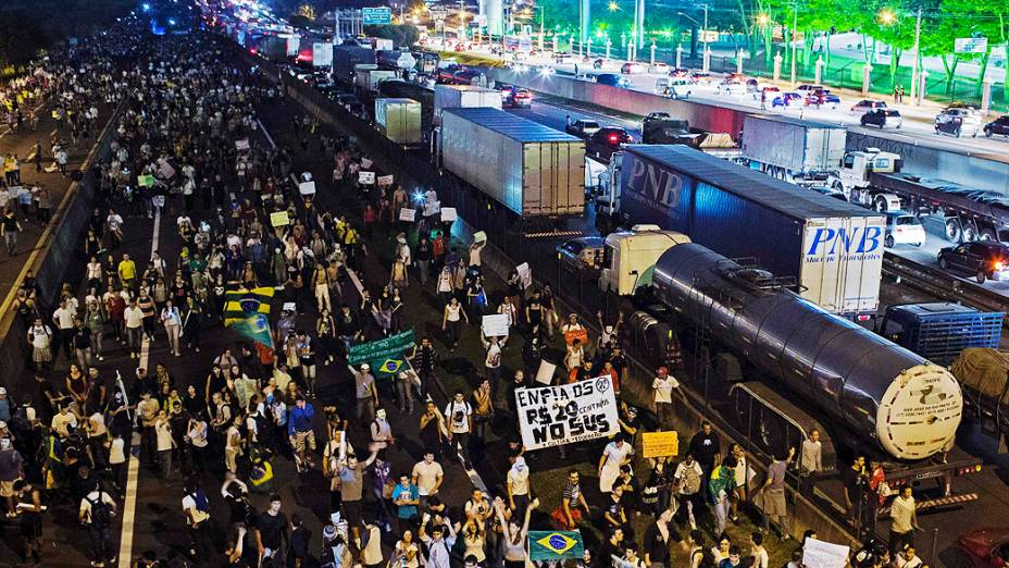 São José dos Campos - Manifestantes ocupam um trecho da Via Dutra na altura da cidade de São José dos Campos, em São Paulo