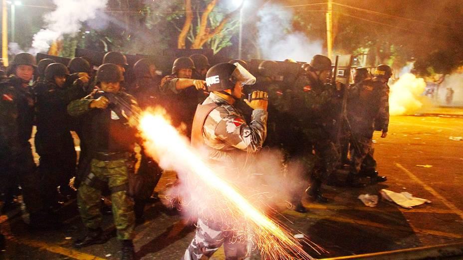 Belém - Polícia entra em confronto com manifestantes que atiravam pedras durante um protesto, em Belém