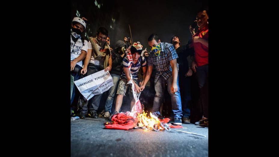 São Paulo - Manifestantes queimam bandeira em protesto na Avenida Paulista