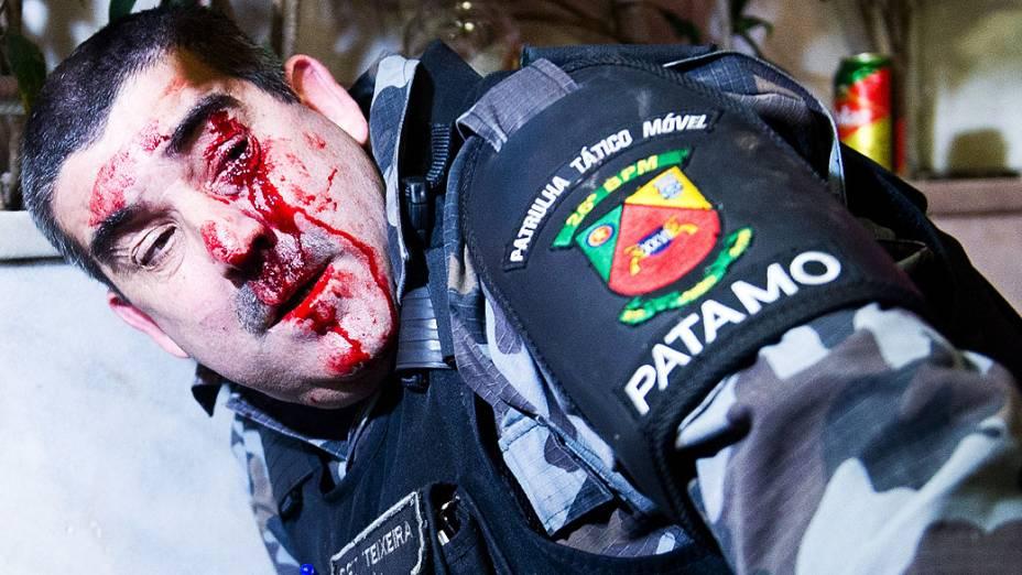 Um policial foi ferido durante confrontos com manifestantes no centro de Porto Alegre