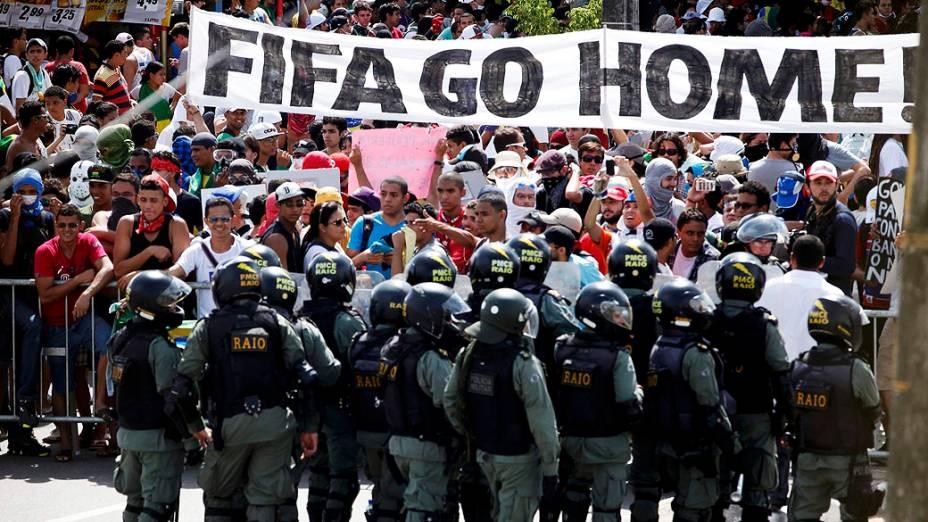 Fortaleza - Manifestantes entraram em confronto com a polícia em Fortaleza na tarde desta quinta-feira (27), antes da partida entre Espanha e Itália nas proximidades do estádio do Castelão
