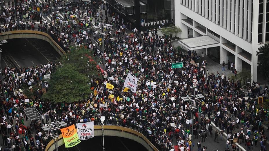 Manifestantes na Avenida Paulista durante protesto contra o aumento do valor das passagens de ônibus, trens e metrô, e comemoração pela redução promovida pelo governo estadual e municipal em São Paulo (SP), nesta quinta-feira (20)