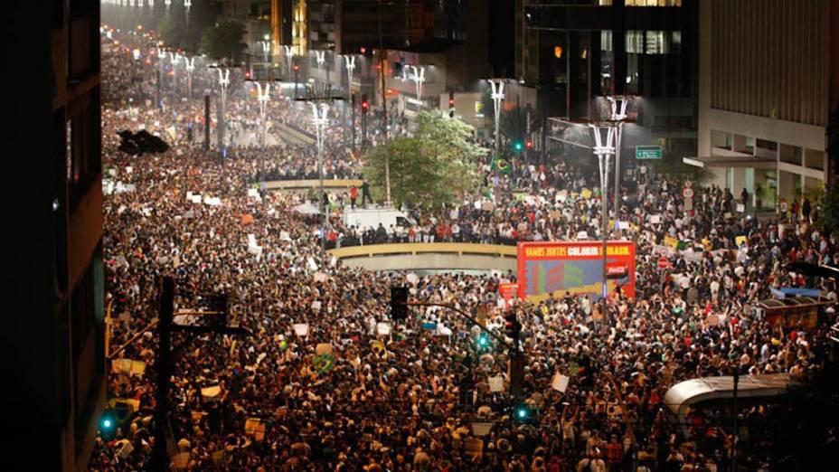 São Paulo - Manifestantes se concentram na Avenida Paulista, para protestar contra o aumento da tarifa do transporte público