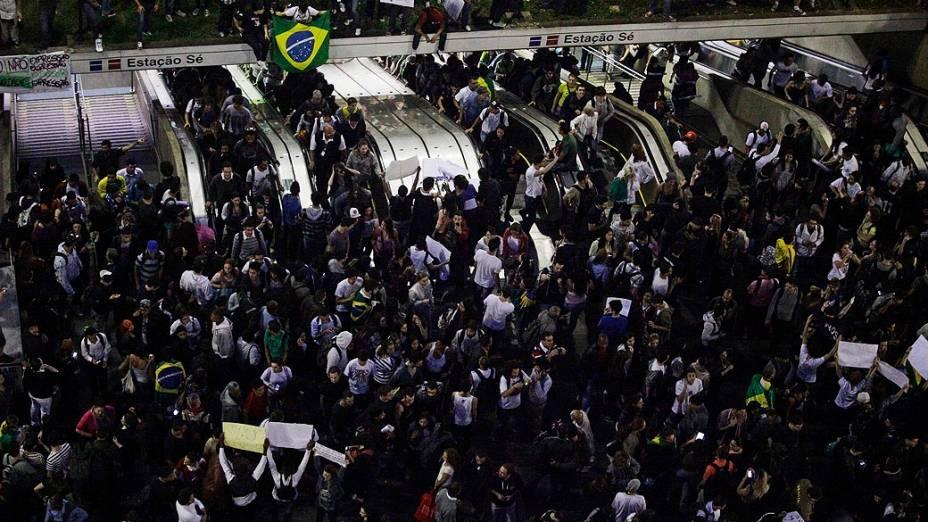 São Paulo - Protesto contra o aumento das passagens na Praça da Sé, no centro da capital paulista, na tarde desta terça-feira (18)