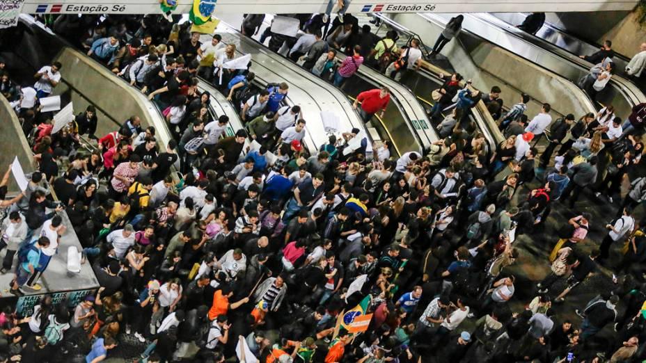 São Paulo - Manifestantes chegam na Praça da Sé, para protestar contra o aumento das passagens do transporte público