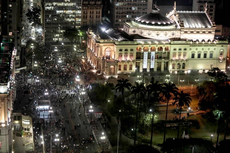 São Paulo - Manifestantes fazem protesto em frente ao Teatro Municipal, contra o aumento da tarifa do transporte público