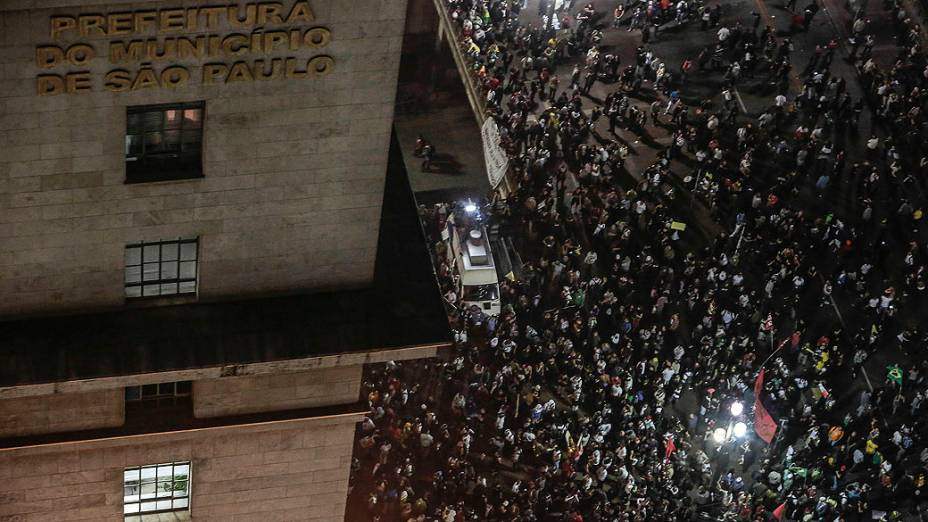 São Paulo - Manifestantes concentrados em frente ao prédio da prefeitura, no centro da cidade, durante o 6º dia de protesto contra a redução da tarifa do transporte público