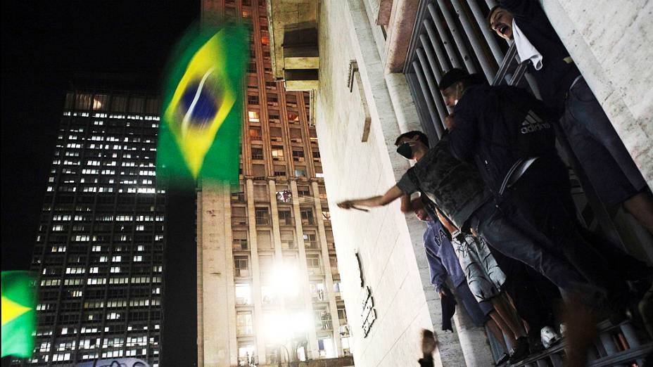 São Paulo - Manifestantes seguram bandeiras e em frente ao prédio da prefeitura