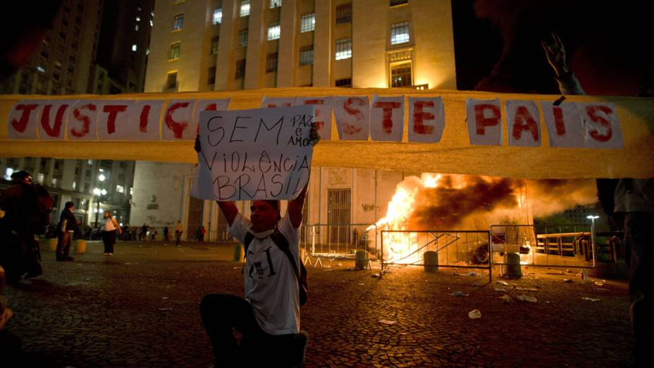 São Paulo - Carro de reportagem é incendiado em frente ao prédio da prefeitura, no protesto contra o aumento da tarifa do transporte público