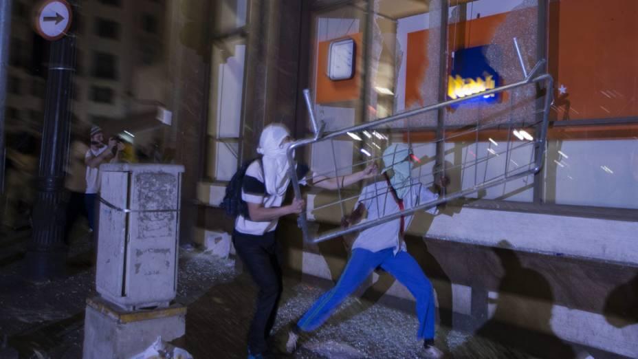 São Paulo - Manifestantes quebram a entrada de uma agência bancária, durante protesto contra o aumento da tarifa do transporte público