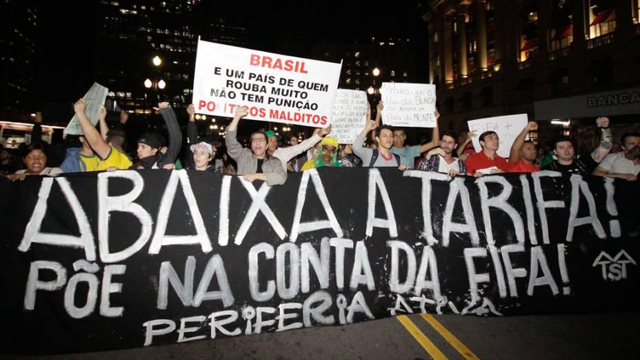 São Paulo - Manifestantes deixam a Praça da Sé, no centro da capital, e seguem rumo ao prédio da prefeitura