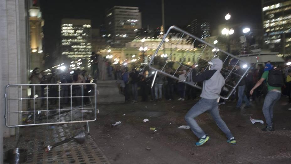 São Paulo - Manifestantes tentam entrar no prédio da prefeitura, em protesto contra o aumento da tarifa do transporte público