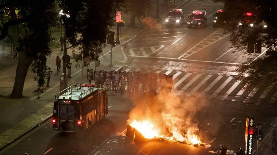 São Paulo - Policiais do choque em ação na Praça da República no centro, após ação de criminosos durante as manifestações contra o aumento da tarifa do transporte público na cidade