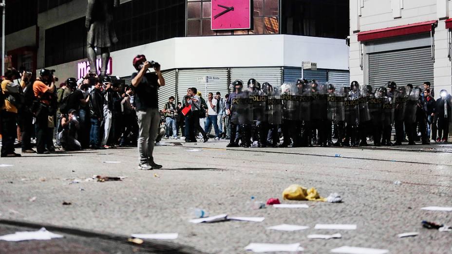 São Paulo - Policiais na Praça do Patriarca, após ação de criminosos durante as manifestações contra o aumento da tarifa do transporte público na cidade