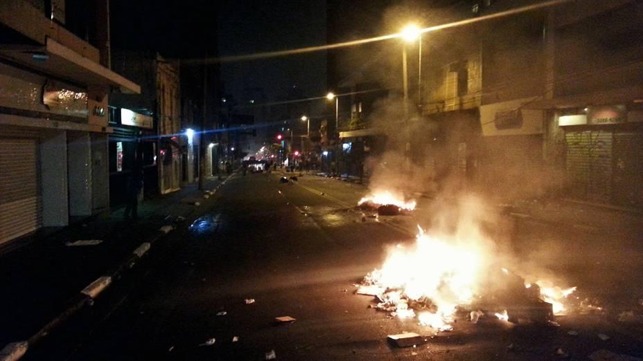 São Paulo - Sacos de lixo são incendiados na Rua Agusta, região central de São Paulo, durante protestos contra o aumento das tarifas do transporte público na cidade