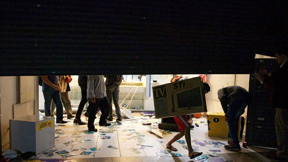 São Paulo - Vândalos se aproveitam da movimentação durante protestos contra o aumento das tarifas do transporte público, para saquear lojas no centro de São Paulo