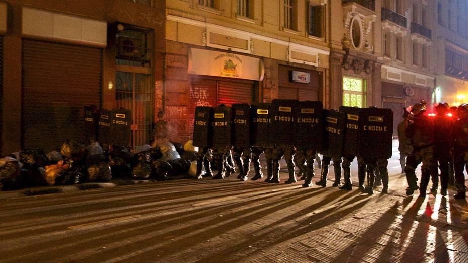 São Paulo - Policiais do choque chegam à região central da cidade, após ação de criminosos durante as manifestações contra o aumento da tarifa do transporte público