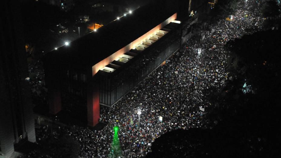 São Paulo - Manifestantes protestam de maneira pacífica na Avenida Paulista, contra o aumento da tarifa do transporte público