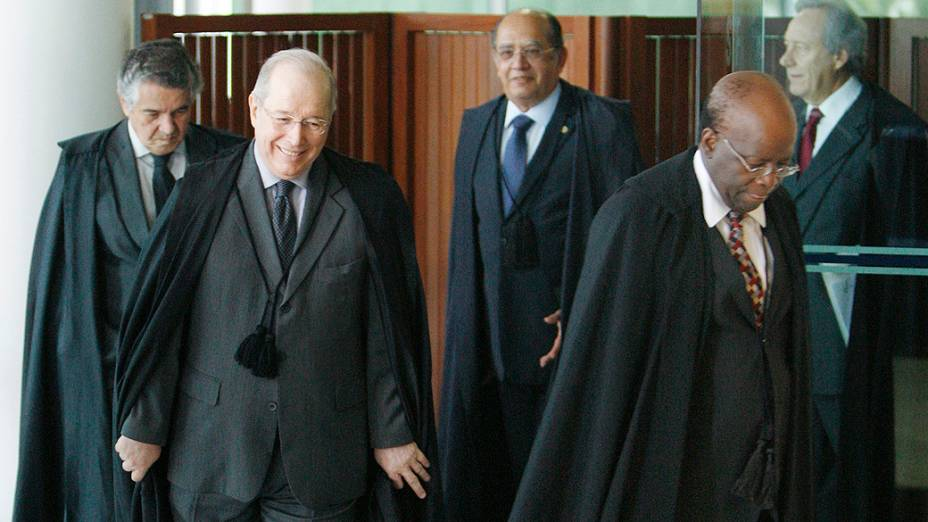 Ministros do STF entrando no plenário para início da sessão que analisa o cabimento de embargos infringentes no caso do Mensalão