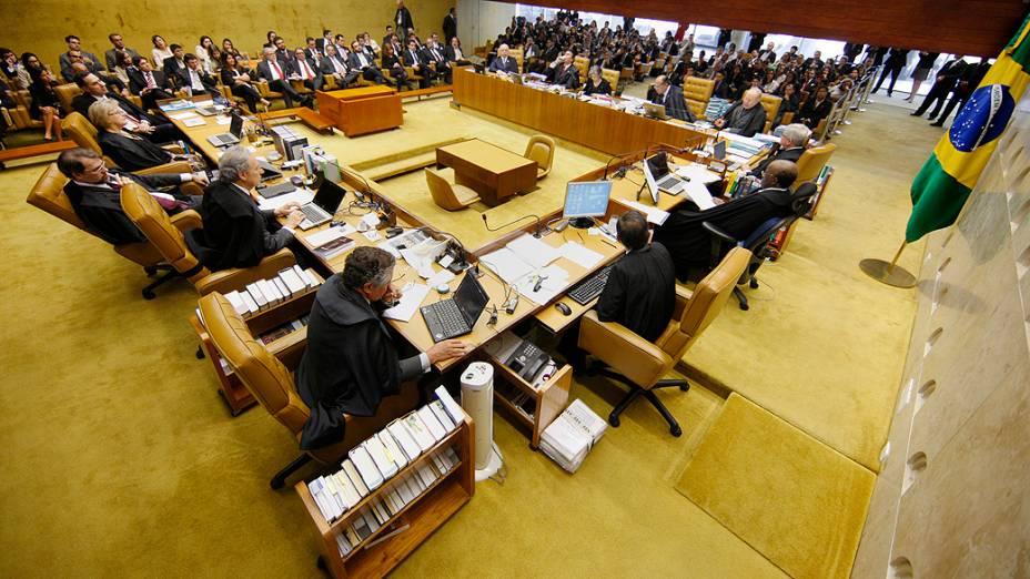 Ministro Celso de Mello vota sobre admissibilidade de embargos infringentes no caso do Mensalão