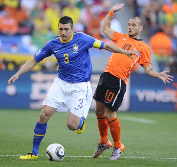 O zagueiro Lúcio e o meia holandês Wesley Sneijder