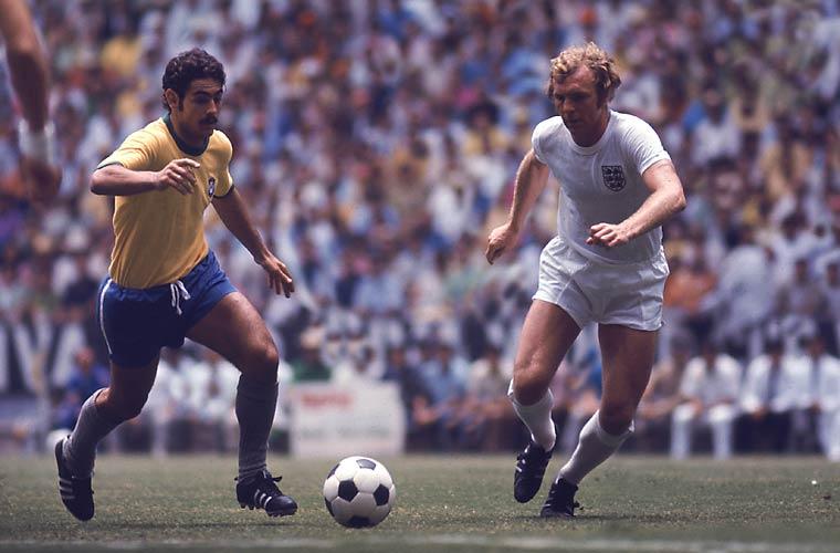 Rivellino e o inglês Bobby Moore, no mundial de 1970, no México