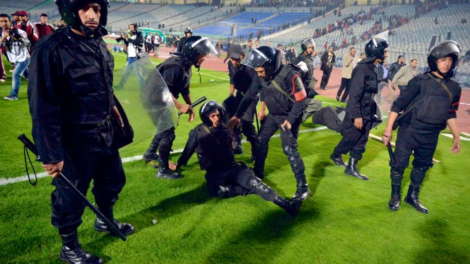 Confronto em estádio no Cairo em partida entre Ah Ahly, do Egito, e Sfaxien, da Tunísia