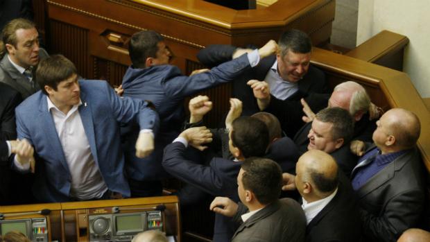 Deputados se agridem no Parlamento ucraniano