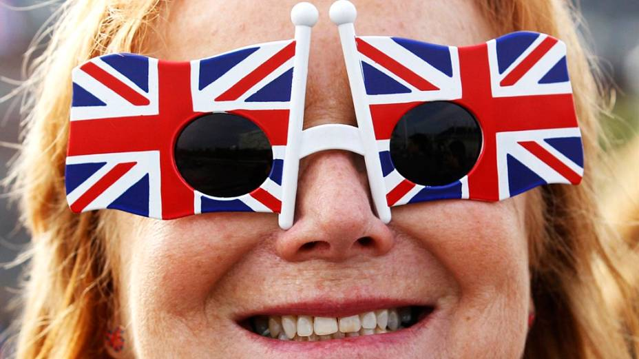 Mulher usa óculos em homenagem à Grã-Bretanha e à rainha