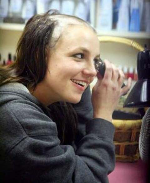 Após ter passado um dia internada em uma clínica de desintoxicação, em fevereiro de 2007, Britney foi a um salão de beleza na Califórnia e raspou o próprio cabelo