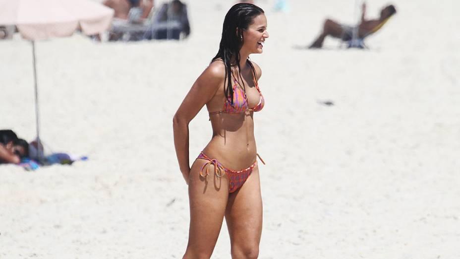 Gravação da novela Em Família com Bruna Marquezine na praia do Recreio dos Bandeirantes