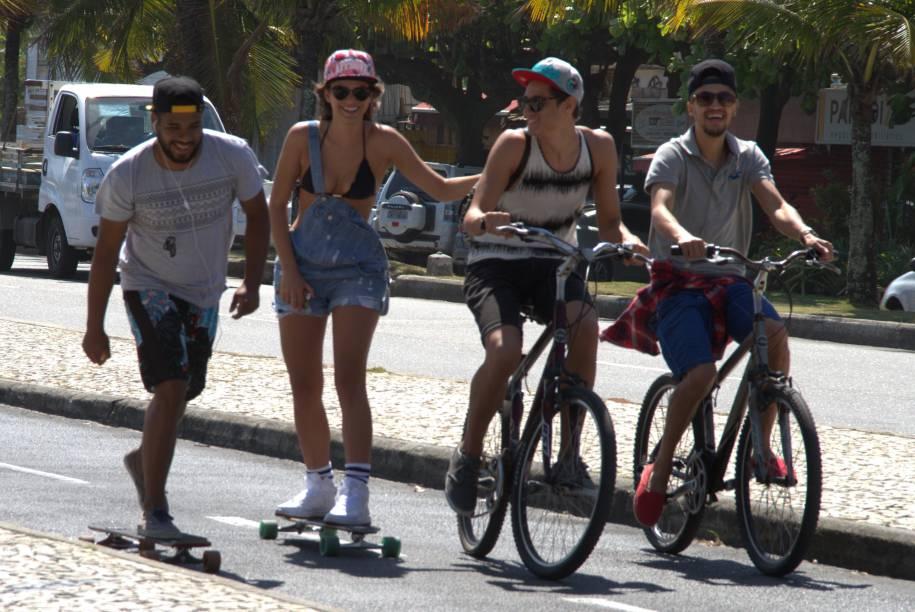 Bruna Marquezine com amigos na praia da Barra da Tijuca, no Rio