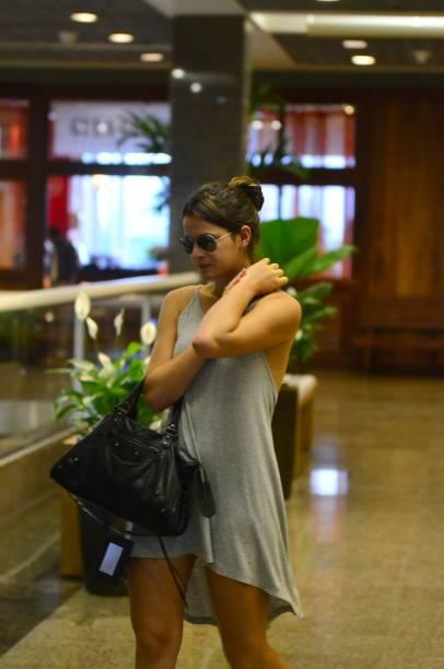 Bruna Marquezine sai de casa sem sutiã e disfarça