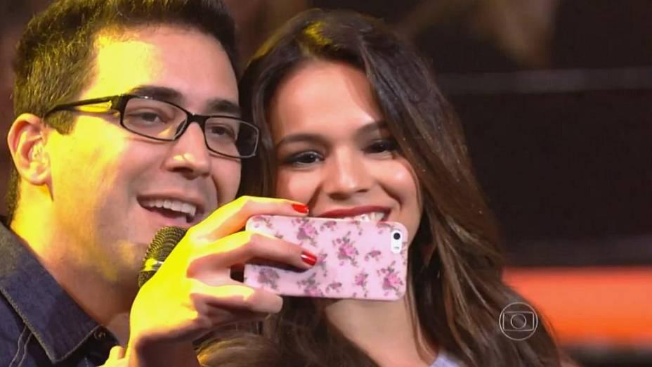 Bruna Marquezine tira selfie com André Marques