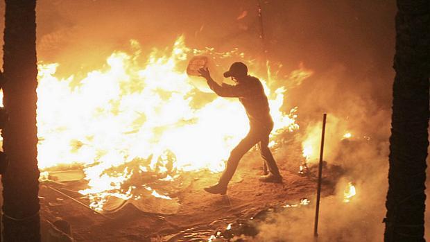 Em consequência dos distúrbios, um pequeno incêndio começou em um centro do Ministério de Indústria egípcio