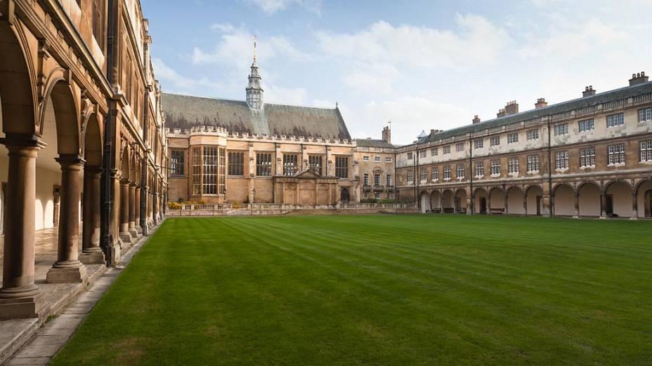 Pátio interno de um dos prédios da Universidade de Cambridge