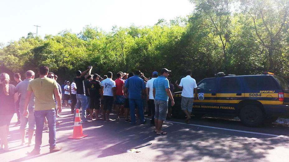 Um caminhoneiro foi morto em São Sepé na manhã deste sábado ao tentar interceptar um caminhão-baú que furou o bloqueio na BR-392, entre São Sepé e Caçapava do Sul, na Região Central do Rio Grande do Sul. Um tumulto envolvendo caminhoneiros e agentes da Polícia Rodoviária Federal se formou no local do incidente