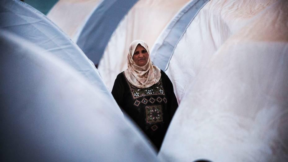 Mulher é vista entre tendas em um campo de refugiados na fronteira com a Turquia, em área próxima ao vilarejo de Azaz, na Síria