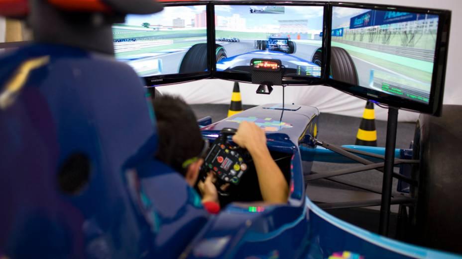 Simulador 4D de carro de Fórmula 1, no primeiro dia da Campus Party no Parque Anhembi, São Paulo
