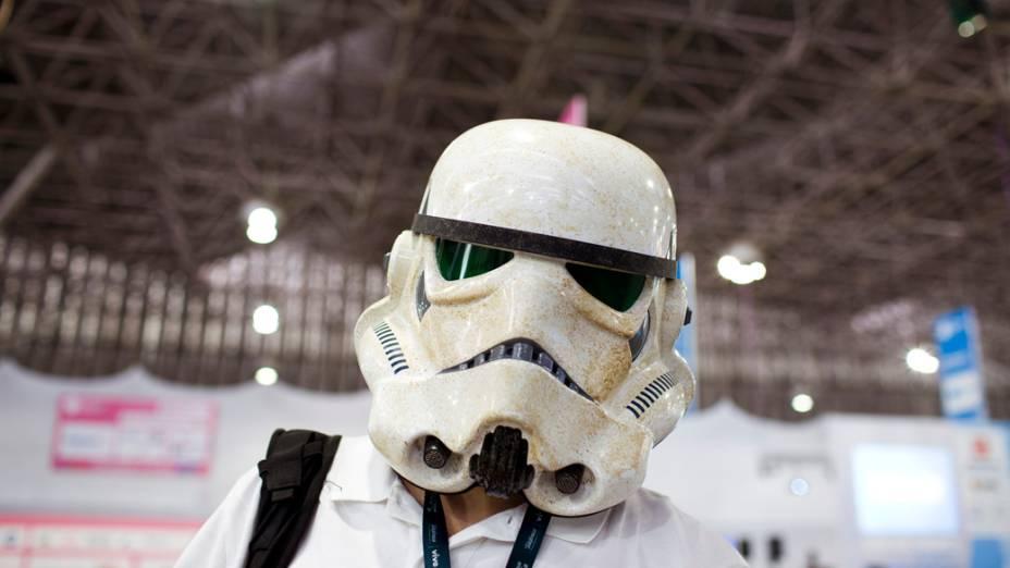 Campuseiro com capacete de personagem do filme Star Wars, no primeiro dia da Campus Party no Parque Anhembi, São Paulo