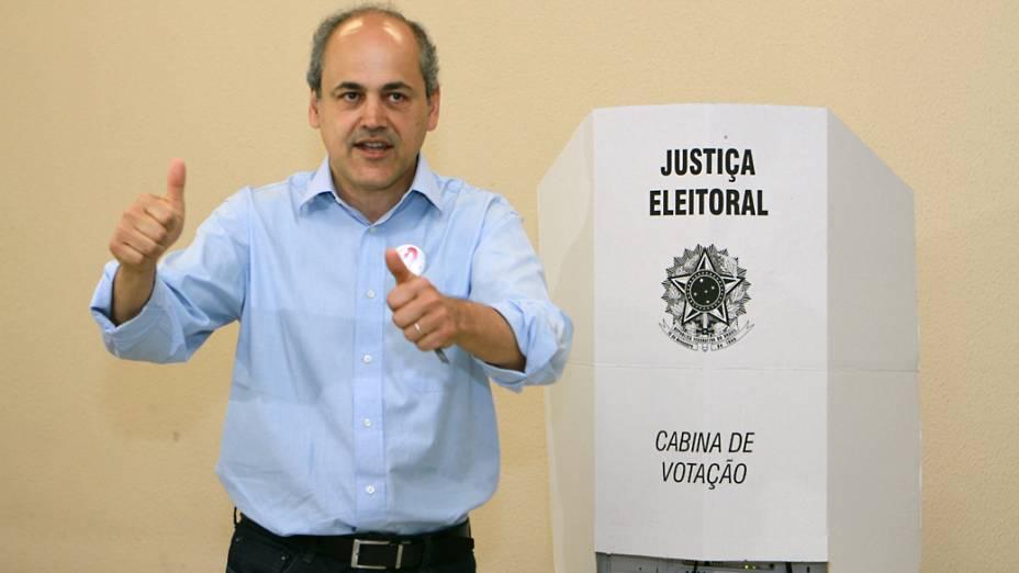 <br><br>  O candidato a prefeitura Gustavo Fruet (PDT), aparece em terceiro lugar nas pesquisas votou na manhã deste domingo em Curitiba