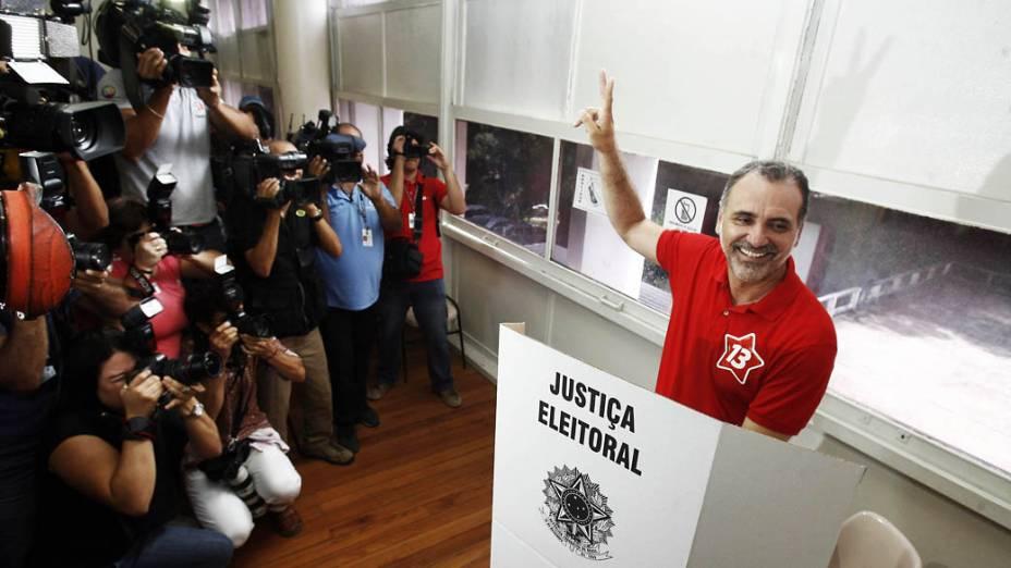 O candidato do PT à Prefeitura de Salvador Nelson Pelegrino vota na faculdade de direito na UFBA